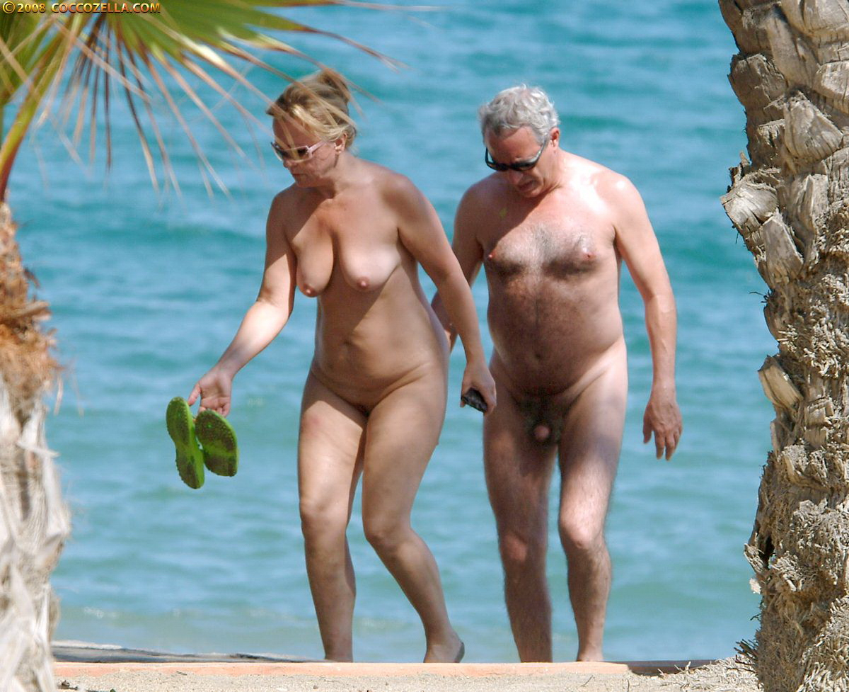 Nudists family bare beach - VoyeurPapa