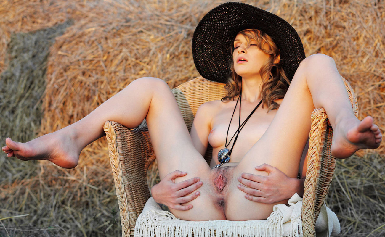 Bare girl in the hat. HD glamour..