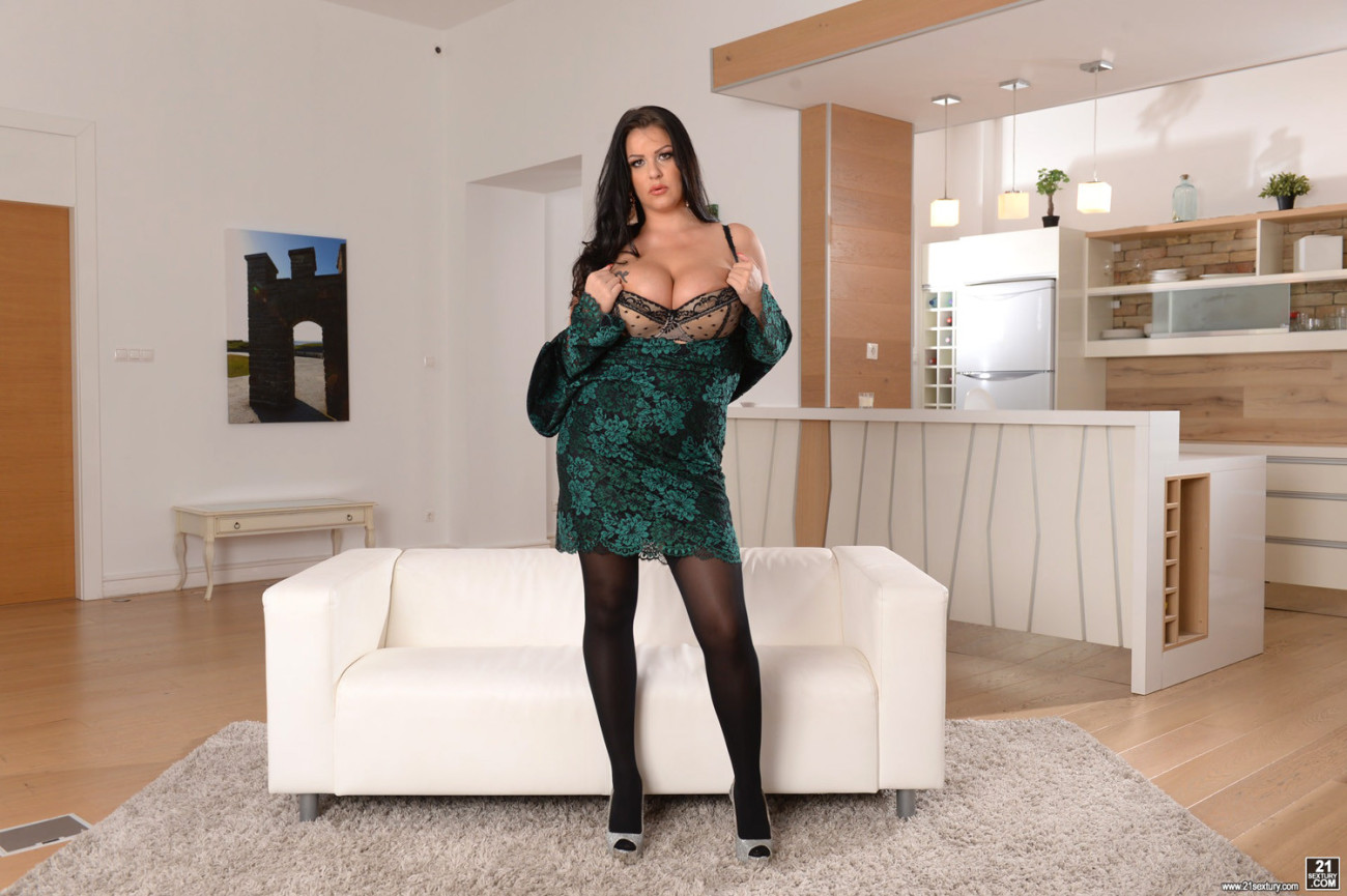 Anissa Jolie gets double-penetrated by..
